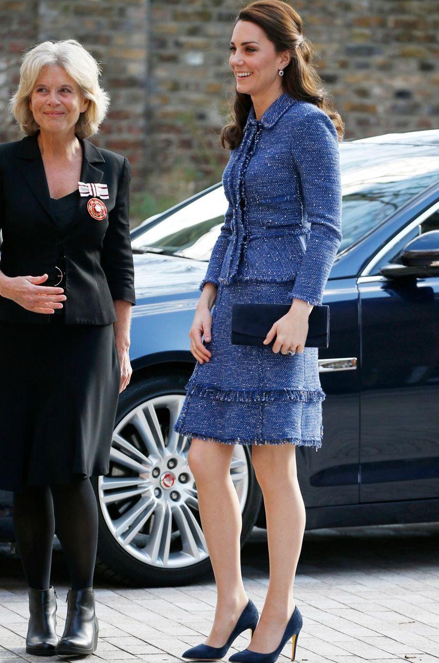 La duchesse de Cambridge née Kate Middleton dans un tailleur en tweed Rebecca Taylor à Londres le 28 février 2017