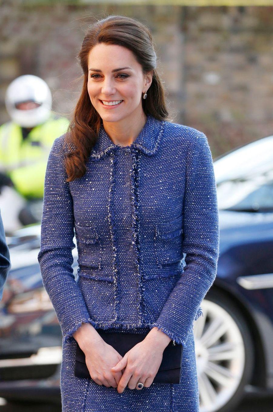 Détail du tailleur de la duchesse de Cambridge née Kate Middleton à Londres le 28 février 2017