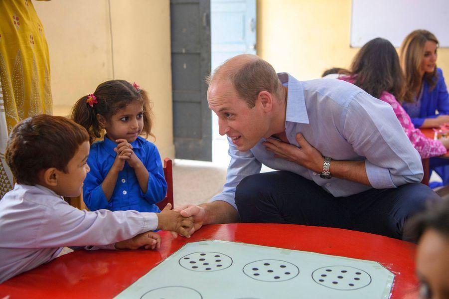 Kate Middleton et le prince Williamen visite dans une école d'Islamabad, au Pakistan, le 15 octobre 2019