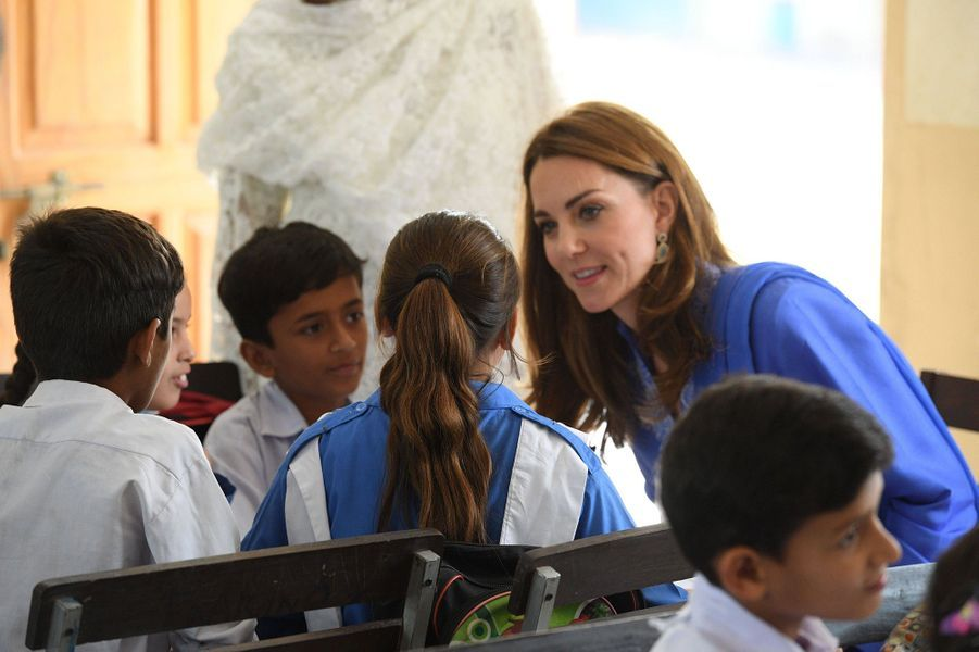 Kate Middleton et le prince William en visite dans une école d'Islamabad, au Pakistan, le 15 octobre 2019