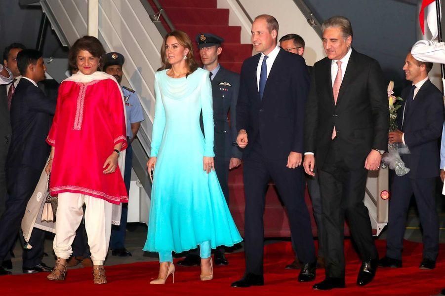 Kate Middleton et le prince William à leur descente d'avion à Islamabad, le 14 octobre 2019.
