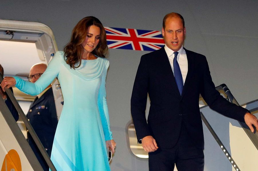 Kate Middleton et le prince William à leur descente d'avion à Islamabad, le 14 octobre 2019.