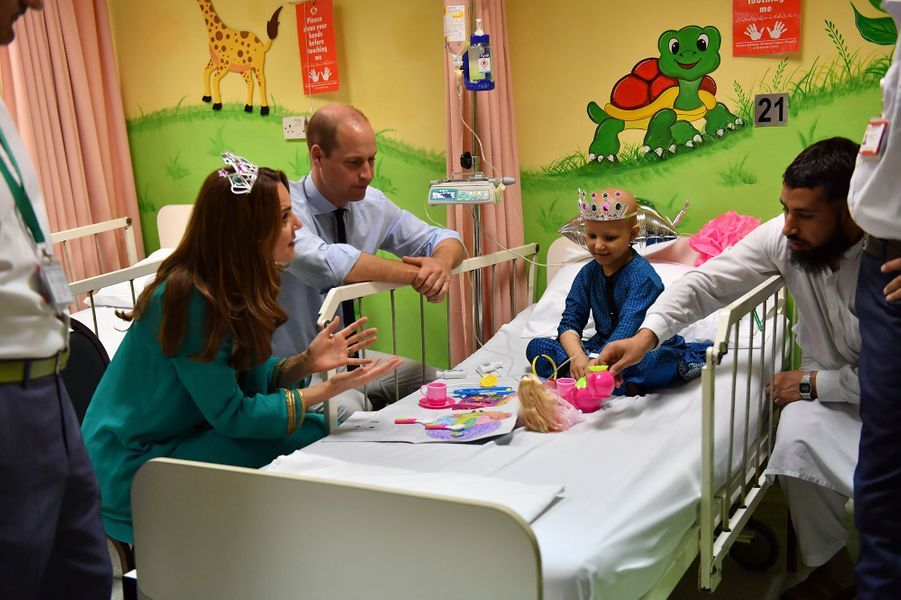 Kate Middleton et le prince William en visite au Shaukat Khanum Memorial Cancer Hospital à Lahore le jeudi 17 octobre 2019.