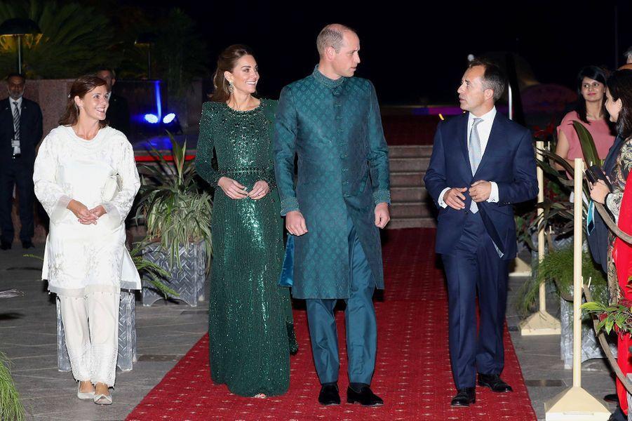 Kate Middleton et le prince William accueillis par lehaut-commissaire britannique au Pakistan Thomas Drewau monument du Pakistan à Islamabad le 15 octobre 2019