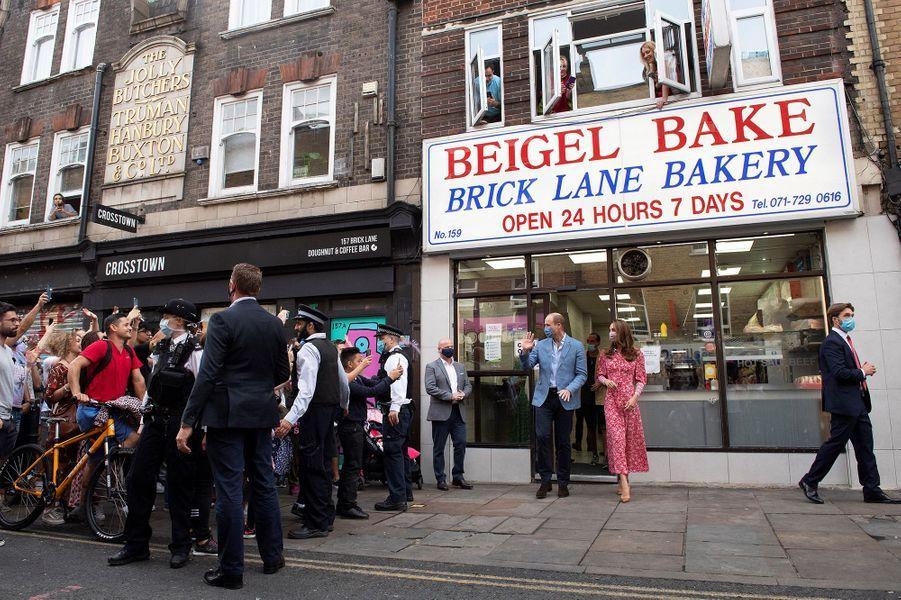 Kate Middleton et le prince William quittent la boulangerie Beigel Bake à Brick Lane à Londres le 15 septembre 2020