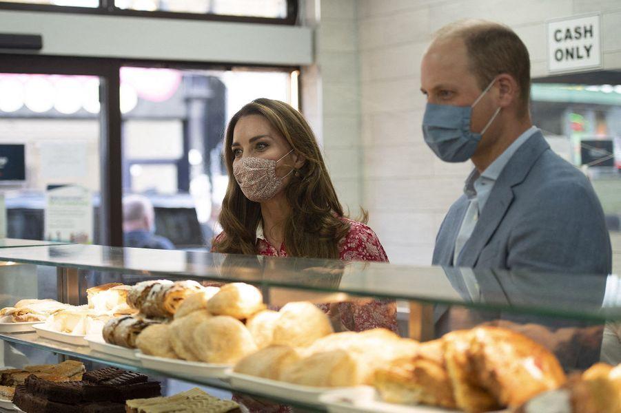 Kate Middleton et le prince William visitent la boulangerie Beigel Bake à Brick Lane à Londres le 15 septembre 2020