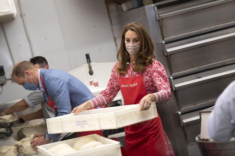 Kate Middleton et le prince William dans les cuisines de la boulangerie Beigel Bake à Brick Lane à Londres le 15 septembre 2020