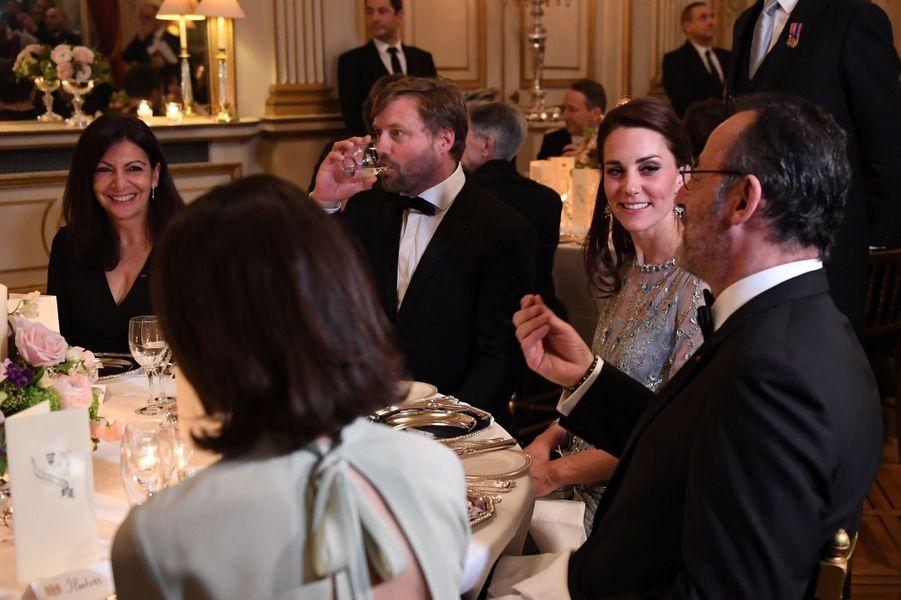 Kate et Jean Reno à l'ambassade britannique à Paris, le 17 mars 2017.