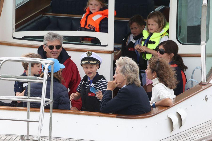 George et Charlotte de Cambridge avec leur grand-père Michael Middleton à Cowes surl'île de Wightle 8 août 2019