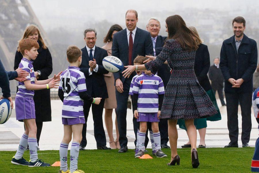 Kate Middleton Et Le Prince William Jouent Au Rugby Sur L'esplanade Du Trocadéro 64