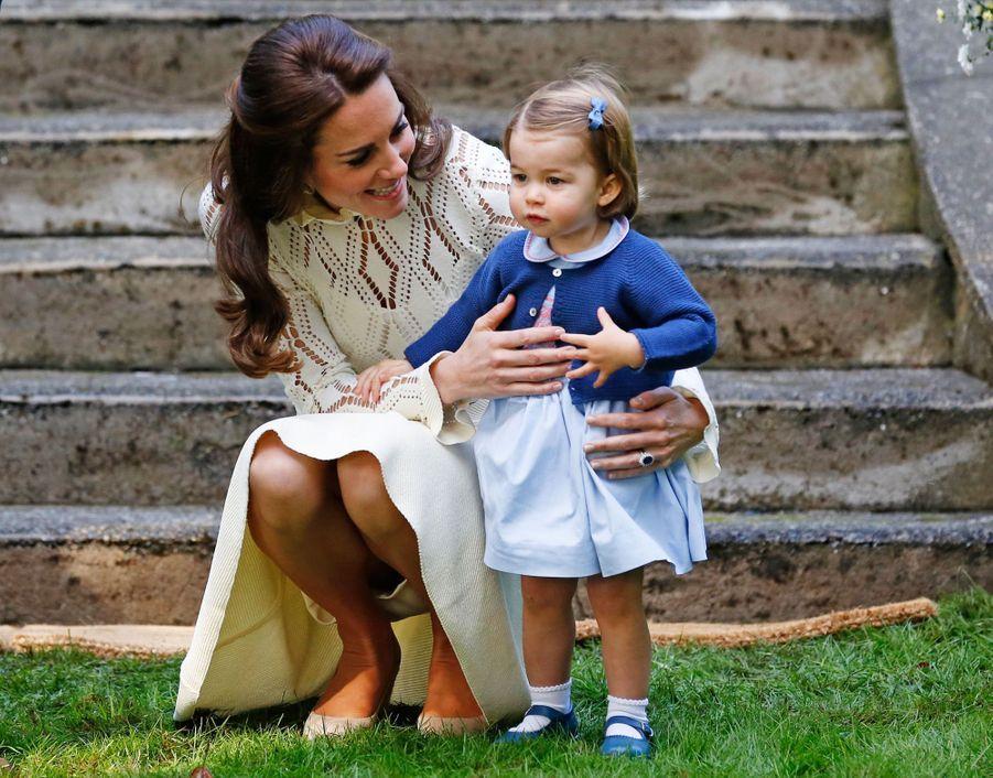 Kate Middleton avec la princesse Charlotte, à Victoria au Canada