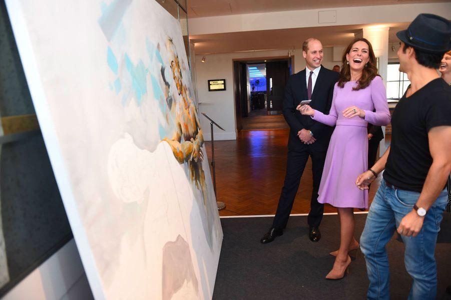 Eclats de rires entre Kate et William, alors que la duchesse s'approprie une toile.