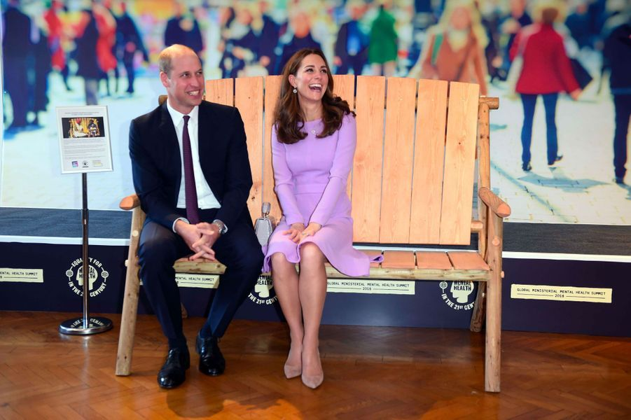 Kate et William assis sur le «banc de l'amitié», lors duGlobal Ministerial Mental Health Summit, mardi à Londres.