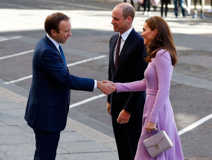 Kate et William saluent le ministre britannique de la Santé,Matt Hancock, mardi à Londres.