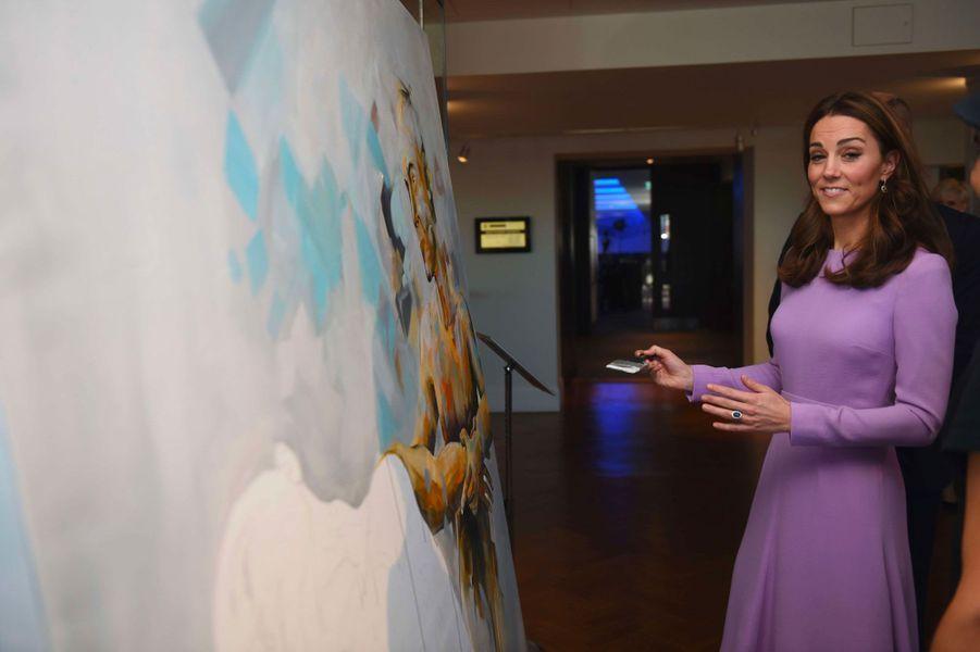 La duchesse de Cambridge s'essaie à la peinture, mardi à Londres...