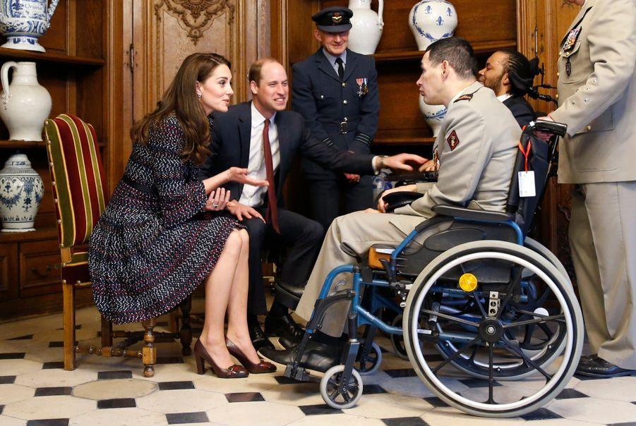 Le Prince William Et Kate Middleton En Visite Aux Invalides
