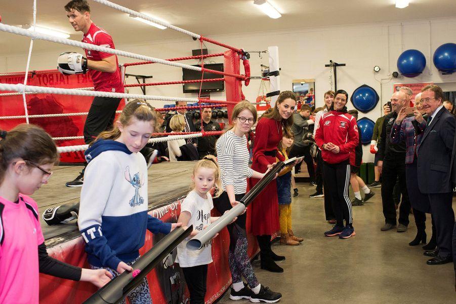 Kate Middletonlors de sa visite avec le prince William au club de boxe des Bulldogs de Port Talbot, en Galles du sud, le 4 février 2020.