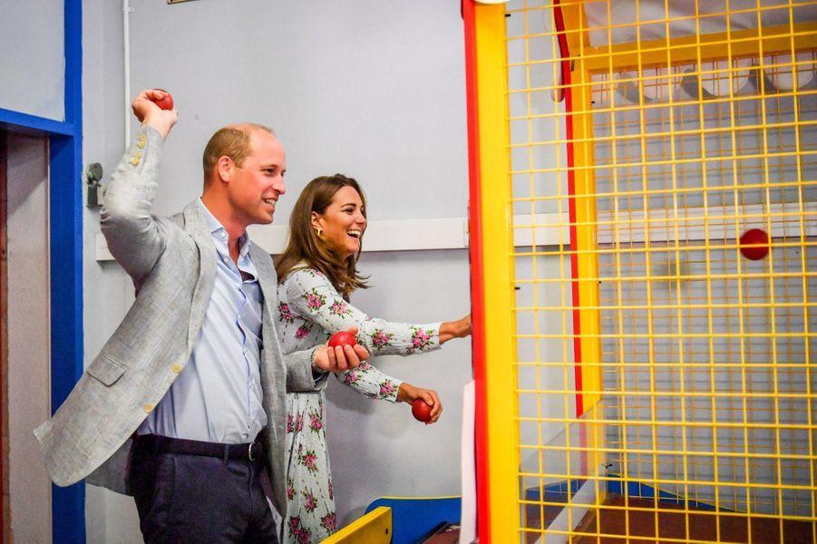 Kate et William s'amusent dans une salle d'arcade à l'île Barry au Pays de Galles le 5 août 2020.