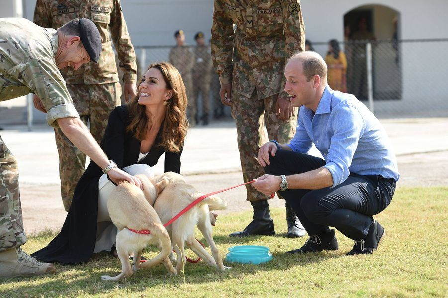 Kate Middleton et le prince William visitent le centre canin de l'armée pakistanaise à Islamabad le 18 octobre 2019