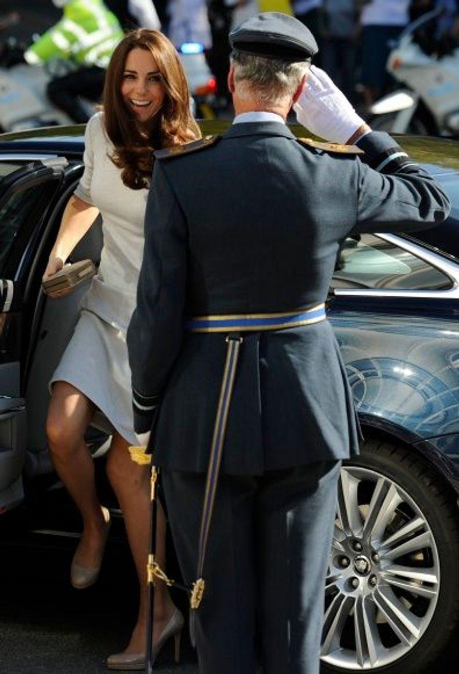 Kate Middleton était vêtue d'une robe pâle cintrée Amanda Wakeley.