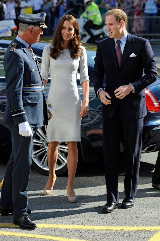 La duchesse avait assorti à sa tenue des escarpins nude Sledge LK Bennett et une minaudière Natalie –portés lors du voyage du couple au Canada en juillet dernier.