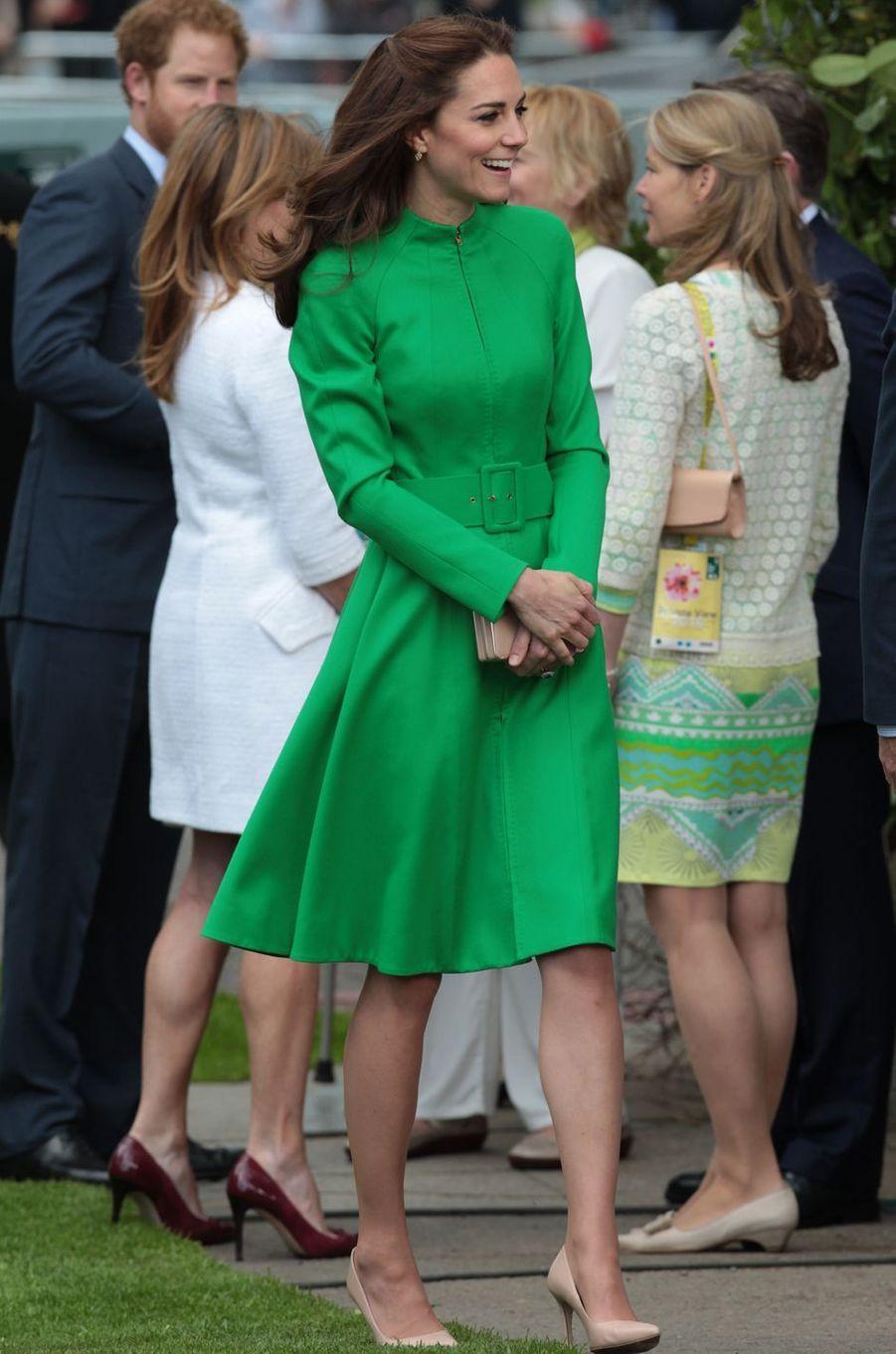 La duchesse de Cambridge, née Kate Middleton, en vert prairie au Chelsea Flower Show à Londres, le 23 mai 2016