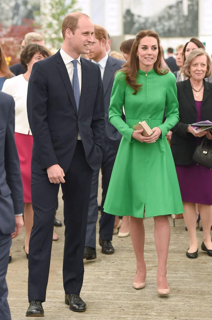 La duchesse de Cambridge, née Kate Middleton, dans une robe-manteau Catherine Walker au Chelsea Flower Show à Londres, le 23 mai 2016