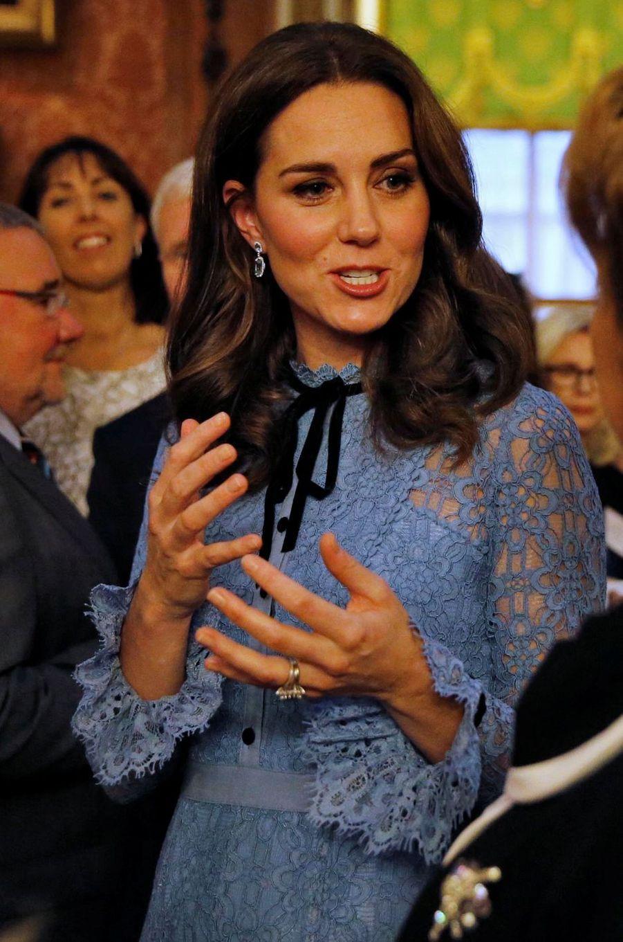 Détail de la robe de Kate Middleton à Londres le 10 octobre 2017
