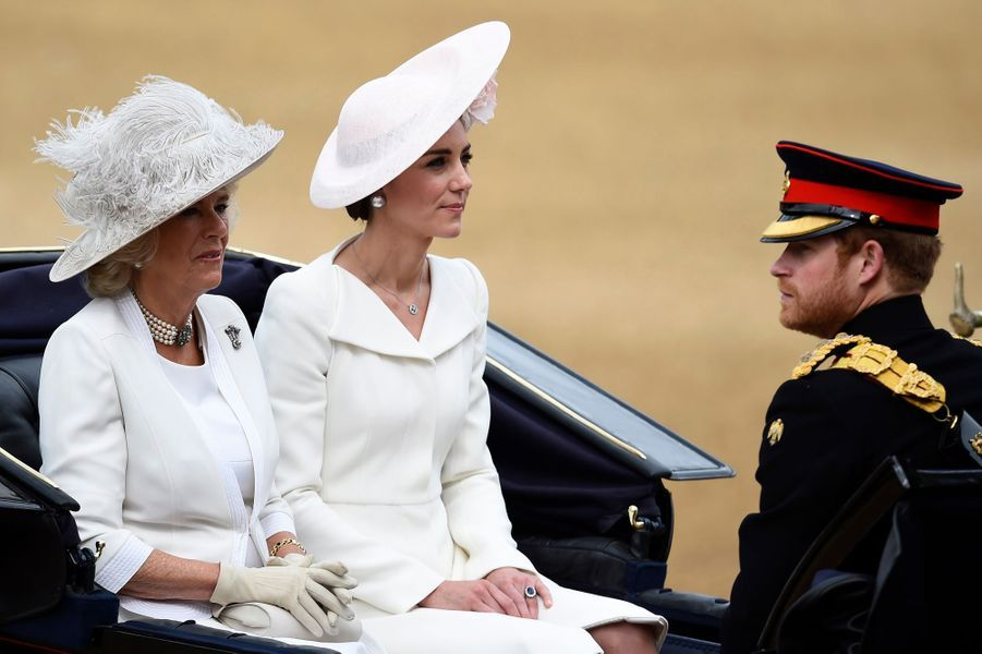 La duchesse Catherine de Cambridge en Alexander McQueen à la cérémonie Trooping the Colour à Londres le 11 juin 2016