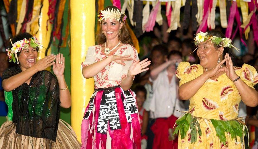 Pour la dernière étape de leur voyage dans la région Asie-Pacifique, le couple a fait un détour par l'atoll des Tuvalu, au centre de l'océan Pacifique. Kate et William, parfaitement détendus, se sont prêtés au jeu et ont dansé au rythme des musiques locales, armés d'un collier de fleurs sur la tête, laissant loin derrière eux le scandale des photos topless de la duchesse.