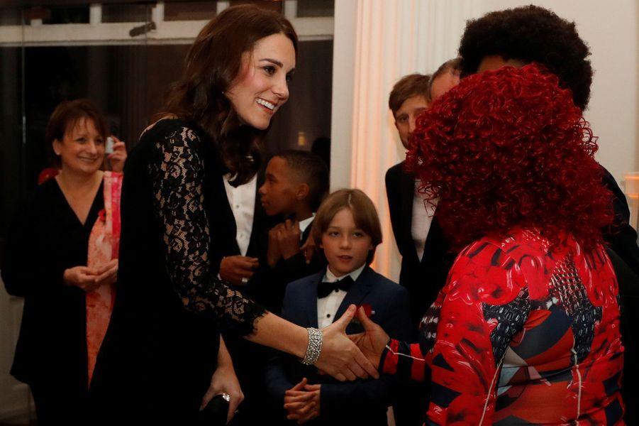 La duchesse de Cambridge, le 7 novembre 2017, portant le Diamond Quatrefoil Bracelet de la Queen Mum