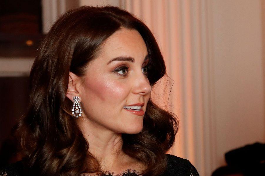 Les boucles d'oreille portées par la duchesse de Cambridge, le 7 novembre 2017
