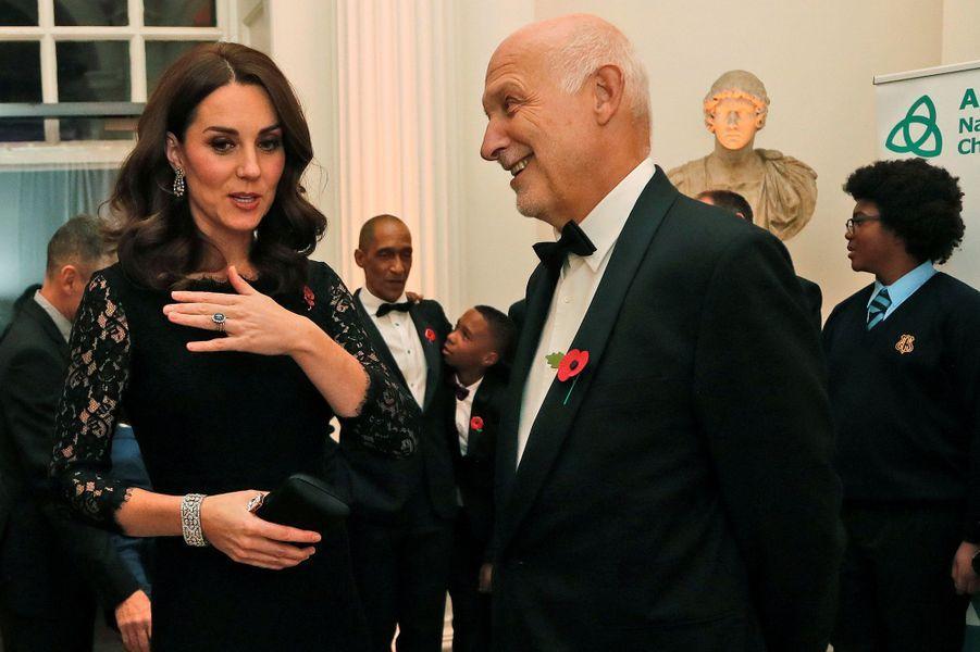 La duchesse de Cambridge, le 7 novembre 2017, portant le Diamond Quatrefoil Bracelet de la Queen Mum, prêté par la reine Elizabeth II