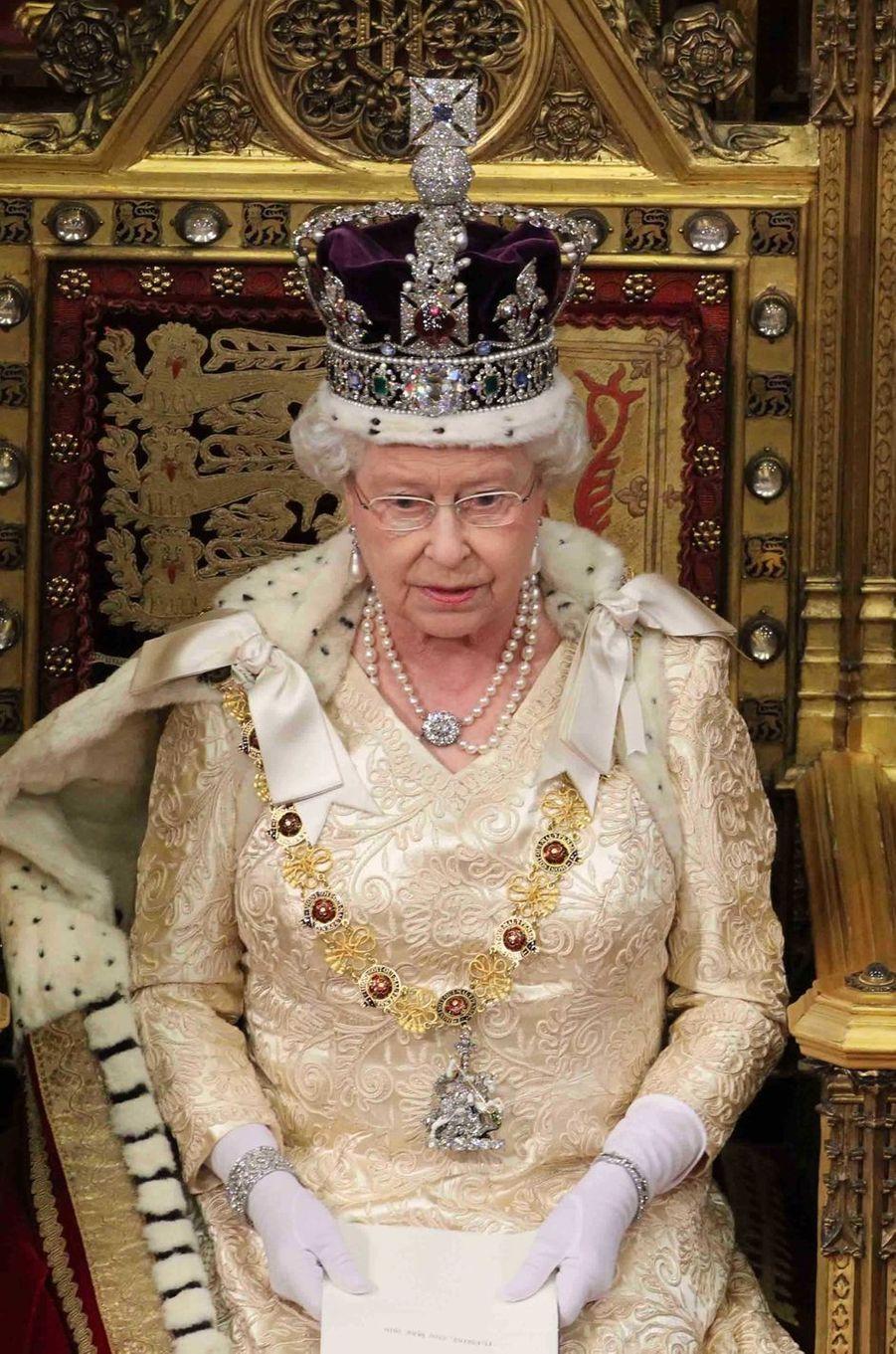 La reine Elizabeth II portant le Diamond Quatrefoil Bracelet de la Queen Mum, le 25 mai 2010