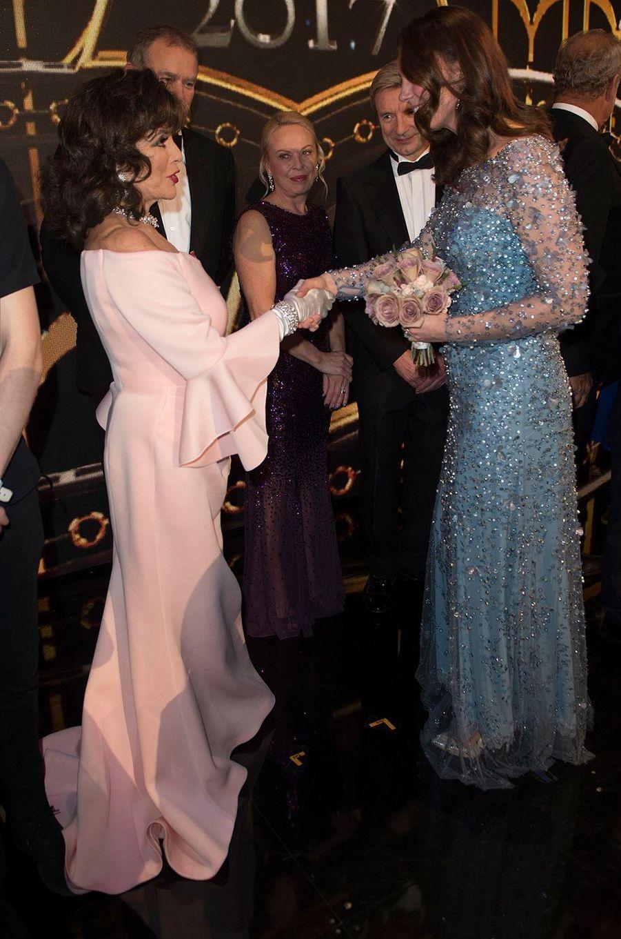 La duchesse Catherine de Cambridge avec Joan Collins à Londres, le 24 novembre 2017