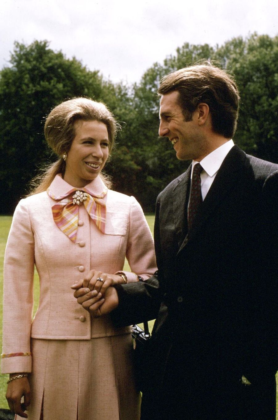 Saphir et diamants pour la princesse Anne, fiancée à Mark Phillips en 1973