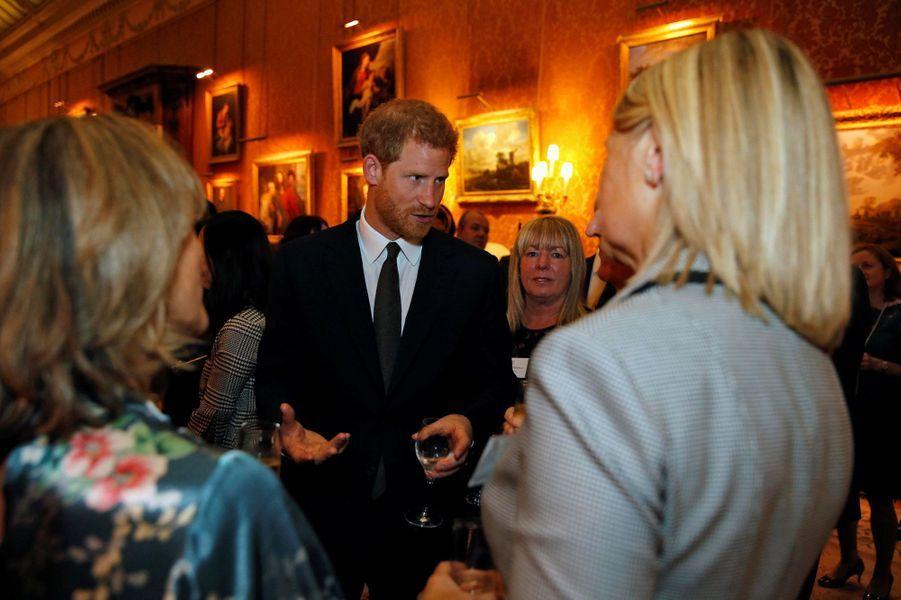Le prince Harry lorsd'une réception donnée à Buckingham Palace, en hommage aux travailleurs du milieu psychiatrique en Angleterre.