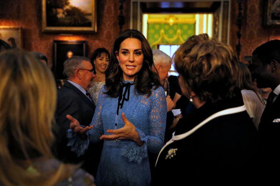 La duchesse de Cambridgeétait l'hôtesse d'une réception donnée à Buckingham Palace, en hommage aux travailleurs du milieu psychiatrique en Angleterre, à l'occasion de la journée de la santé mentale - sa grande cause.