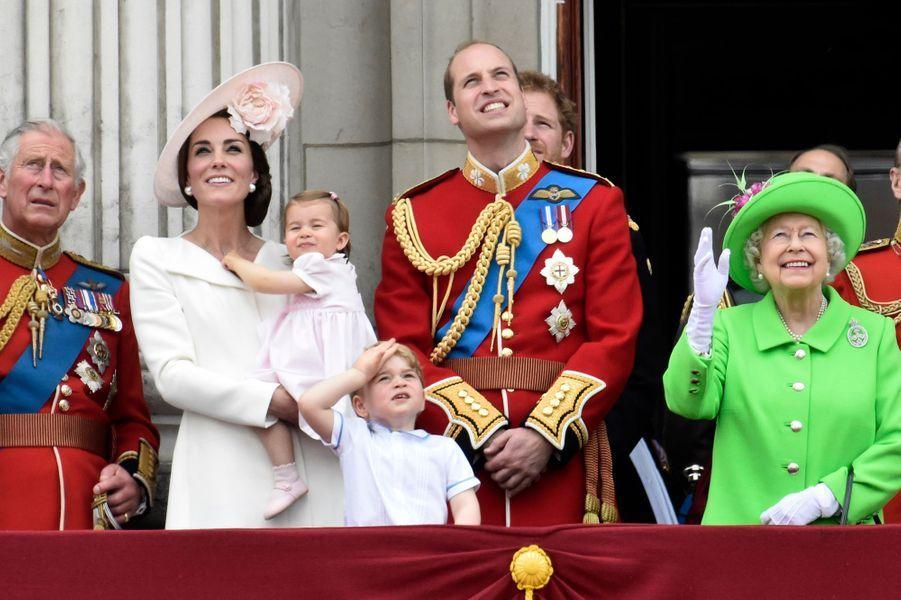 Kate, William et leurs enfants le prince George et la princesse Charlotte et la reine Elizabeth II, le 11 juin 2016