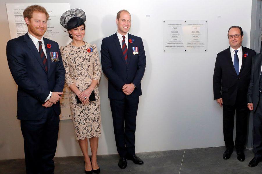 La duchesse Catherine avec les princes William et Harry et le président François Hollande en France, le 1er juillet 2016