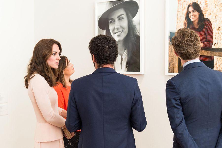 Kate devant ses photos publiées dans Vogue, le 4 mai 2016