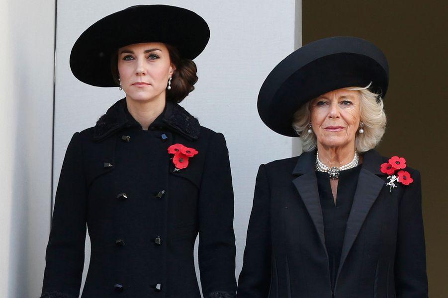 La duchesse Catherine de Cambridge avec sa belle-mère la duchesse de Cornouailles Camilla, le 13 novembre 2016