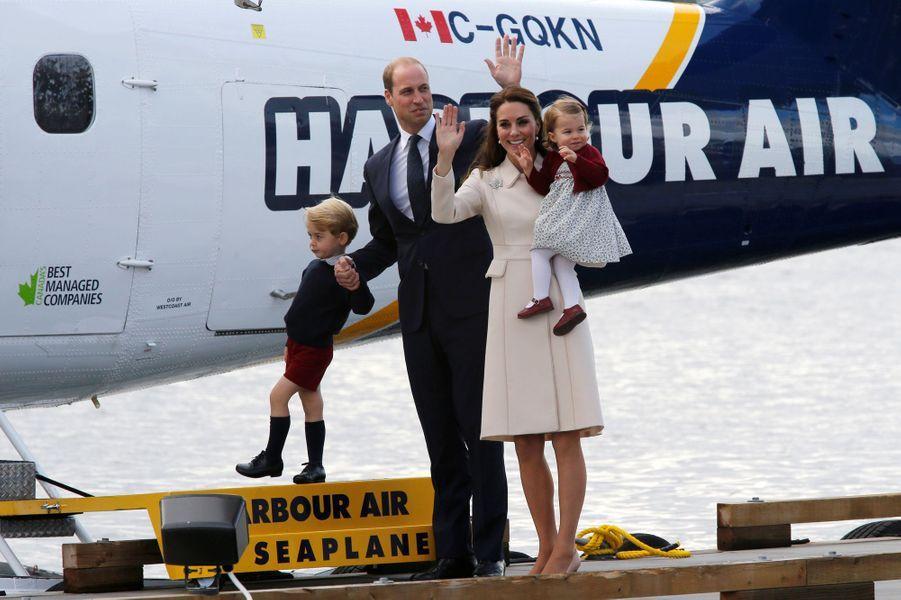 Kate et William avec leurs enfants le prince George et la princesse Charlotte quittent le Canada, le 1er octobre 2016