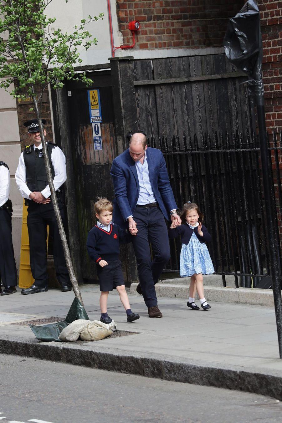 Le Prince George Et La Princesse Charlotte Rencontrent Leur Petit Frère 11