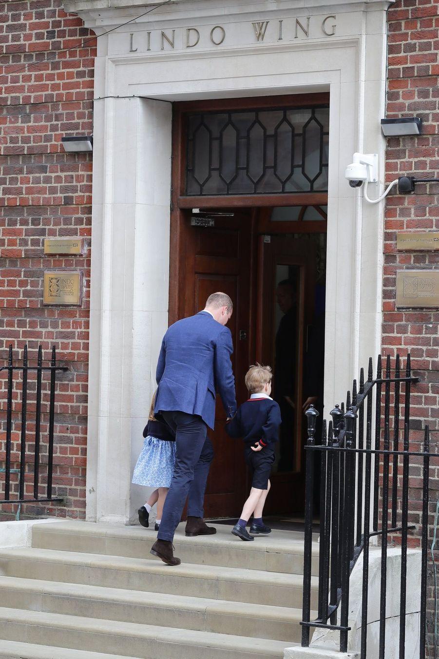Le Prince George Et La Princesse Charlotte Rencontrent Leur Petit Frère 16