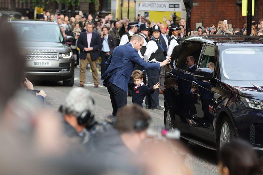 Le Prince George Et La Princesse Charlotte Rencontrent Leur Petit Frère 17