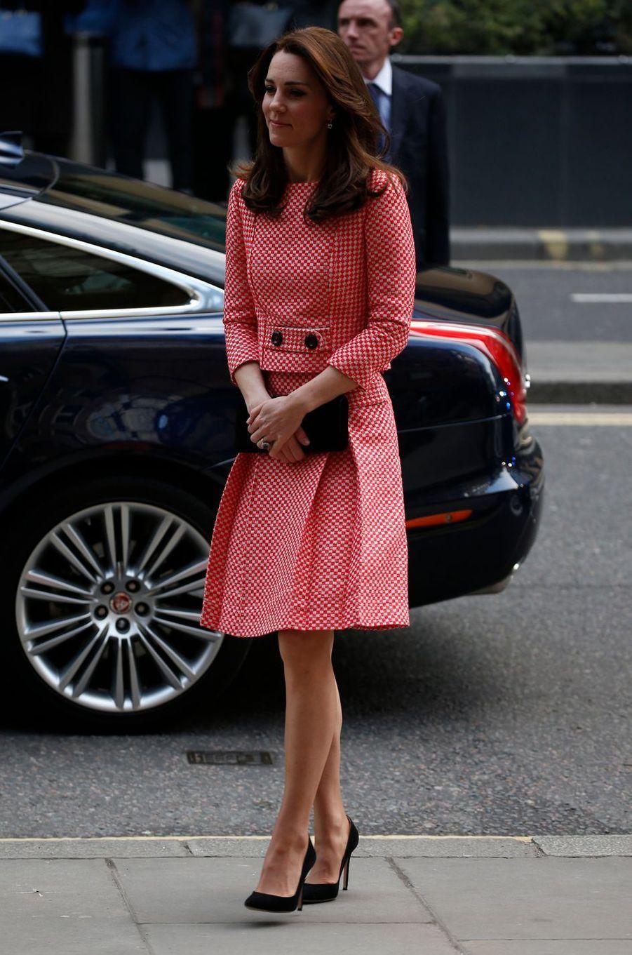 Kate Middleton le 11 mars 2016 dans une robe Eponime London à 1 200 livres