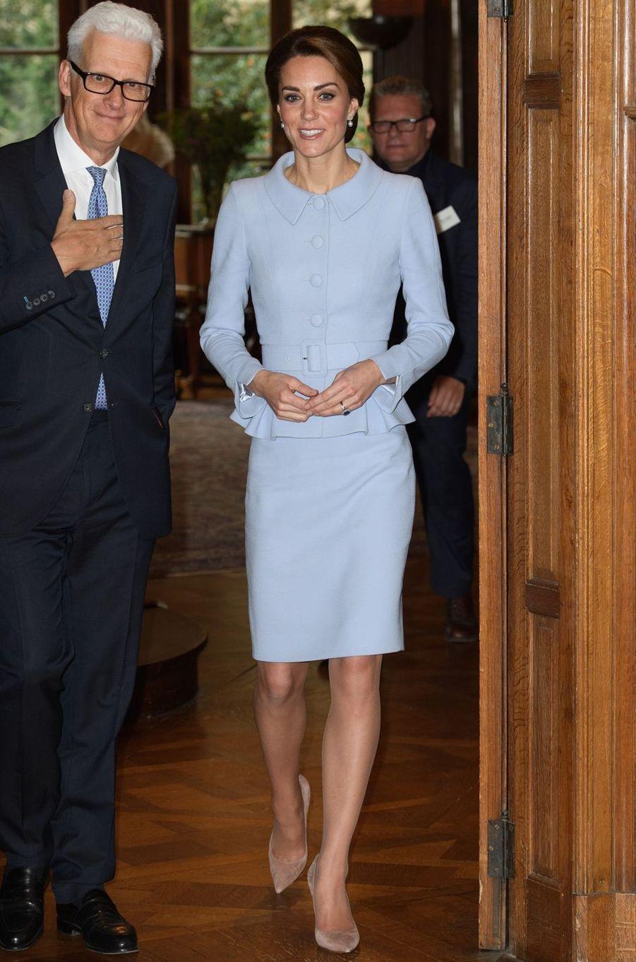 Kate Middleton le 11 octobre 2016 dans un tailleur Catherine Walker à 2 000 livres