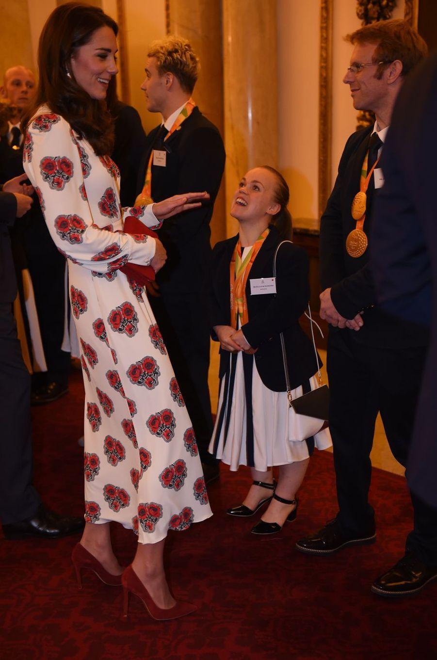 Kate Middleton le 18 octobre 2016 dans une robe Alexander McQueen à 2 600 livres
