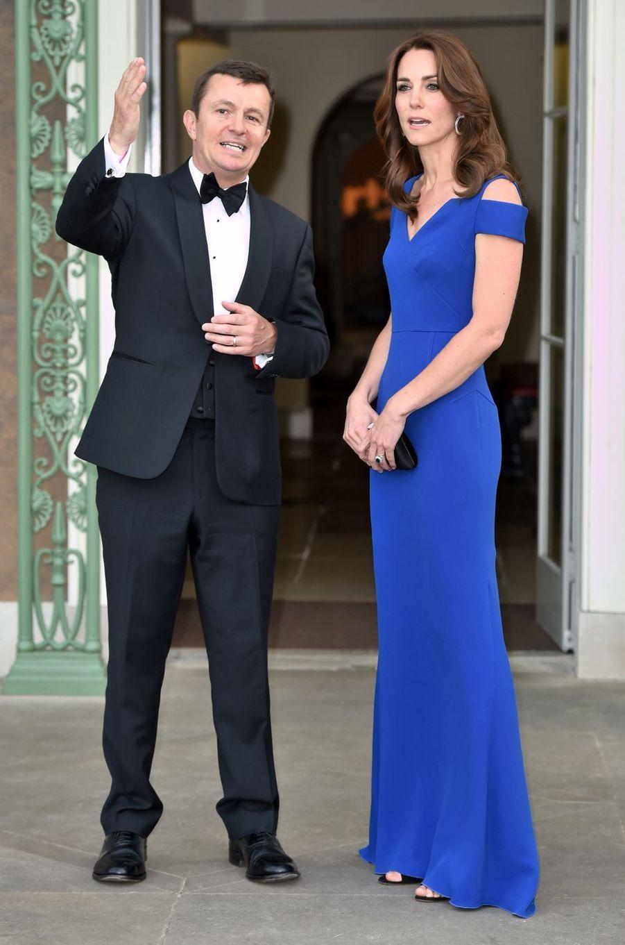 Kate Middleton le 9 juin 2016 dans une robe Roland Mouret à 2 095 livres